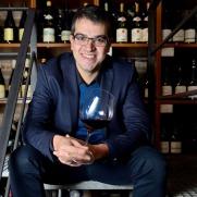 Con una amplia experiencia a sus espaldas, en la que pasó de ser camarero a sommelier en elBulli entre el 2000-2011, Ferran Centelles no ha parado. Su carácter inquieto y la pasión por el mundo del vino, lo llevaron a obtener el título de Advanced Court of Master Sommeliers (CMS), a ser diplomado por la Wine and Spirit Education Trust (WSET) y capacitado como formador. Actualmente es responsable de Bebidas en elBullifoundation, delegado en España de la conocida crítica de vinos Jancis Robinson y copresidente regional en los prestigiosos Premios Decanter (DWWA). Fruto de las ganas de transmitir todo lo aprendido, forma parte del equipo de Outlook Wine (The Barcelona Wine School) y es docente en numerosas instituciones del sector. Guarda algunos galardones, como el Premio Ruinart 2006 al Mejor Sommelier en España y el Premio Nacional de Gastronomía 2011. Recientemente ha añadido a su vitrina, el International Gourmand Award en la categoria de Food & Wine, con su primer libro, ¿Qué vino con este pato? publicado por Planeta Gastro