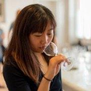Qian Janice Wang es una psicóloga experimental que actualmente trabaja como investigadora postdoctoral en el Crossmodal Research Lab en la Universidad de Oxford. Su investigación examina las correspondencias multisensoriales entre el sabor y los sentidos de la vista, el sonido y el tacto; con un enfoque especial en cómo los estímulos auditivos pueden modificar y mejorar la forma en que percibimos la comida y la bebida. Su trabajo ha sido cubierto en publicaciones como Financial Times, The Economist, La Revue du Vin de France, Le Figaro y National Post Canada. Antes de llegar a Oxford, exploró la intersección entre la música, la comida, el diseño y la tecnología en el MIT Media Lab. Su trabajo abarca experimentos psicológicos, mejoras tecnológicas y performances multisensoriales. Fuera de su investigación, Janice fue dos veces presidenta de la Oxford University Blind Tasting Society. Ella ha llevado al equipo de Oxford dos veces a la victoria en el partido de cata a ciegas del Oxford-Cambridge y compitió (y ganó) varias competiciones universitarias de cata de vinos en Europa continental. Actualmente está trabajando en su Diploma de Wine and Spirits Education Trust (WSET), así como en la capacitación para ser un Educador de Vinos del WSET.